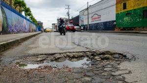 Carrera Sexta de Ibagué: llena de huecos y convertida en un parqueadero público