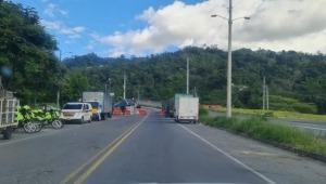 Manifestantes y vehículos bloquean dos vías del Tolima