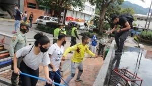Jóvenes infractores barrieron y limpiaron el parque Murillo Toro en Ibagué