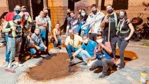 Motociclistas de Ibagué adelantan campaña para tapar huecos de las vías con asfalto orgánico