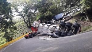 Camión Cisterna se volcó en la 'Curva del diablo' en la vía Fresno- Mariquita