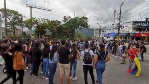 Jóvenes bloquean la calle 42 con carrera Quinta