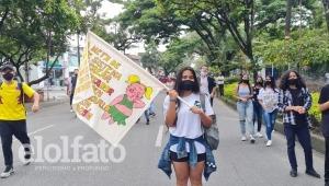 Jóvenes estudiantes avanzan su manifestación por la carrera Quinta en Ibagué