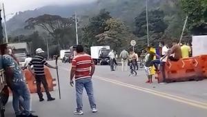 Transportadores continúan protesta pacífica en la vía Ibagué – Cajamarca
