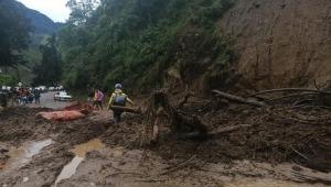 Continúa cerrada la vía Calarcá - Cajamarca por deslizamiento de tierra