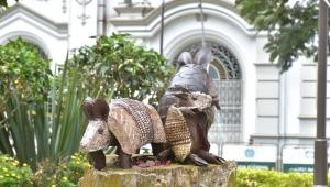 El arte de reciclar: El ibaguereño que convierte las llantas viejas en imponentes esculturas ambientales