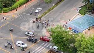 Grupo de mujeres bloquea el paso vehicular en la calle 60 con Guabinal