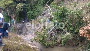 Campesinos afectados por dos derrumbes que tienen incomunicada la vía Boquerón-Tapias