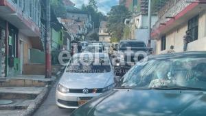 Caos en El Libertador por represamiento de carros en la vía al Cañón del Combeima