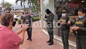 Ciudadana puso a orar a miembros de la Policía en Ibagué