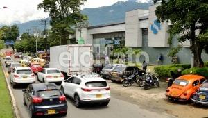 El desorden vial de El Papayo: peatones indefensos, vehículos mal estacionados y trancones diarios
