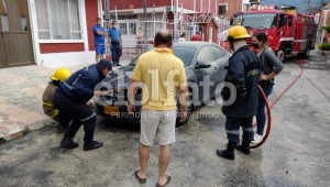 Automóvil se incendió en el barrio Parrales de Ibagué
