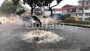 Fuertes lluvias de este mediodía provocaron rebose de alcantarillas en Ibagué