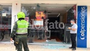 Manifestantes rompieron los vidrios de la sede de Celsia en Ibagué