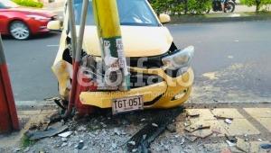 Taxista perdió el control y chocó de manera violenta contra un poste