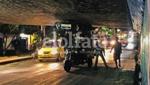 Motocarga tuvo un error de cálculo y quedó atrapado debajo del paso elevado de la calle 60