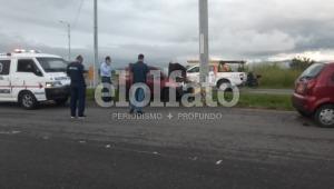 Vehículo chocó contra un poste en la vía al Aeropuerto Perales de Ibagué