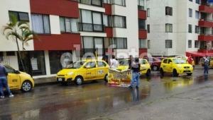 Problemas de movilidad en la carrera Sexta de Ibagué por plantón de taxistas
