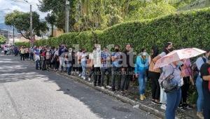 Largas filas en la Universidad de Ibagué para recibir segundas dosis de Sinovac